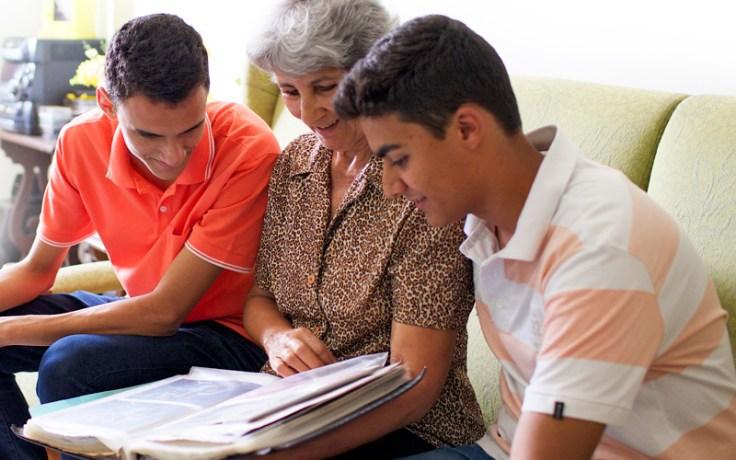 Família olhando fotos.