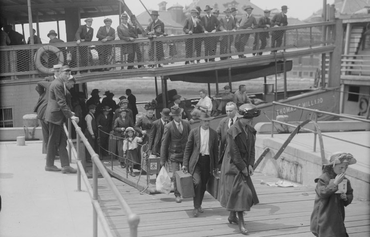 When did immigrants go through Ellis Island and Castle Garden immigration stations?