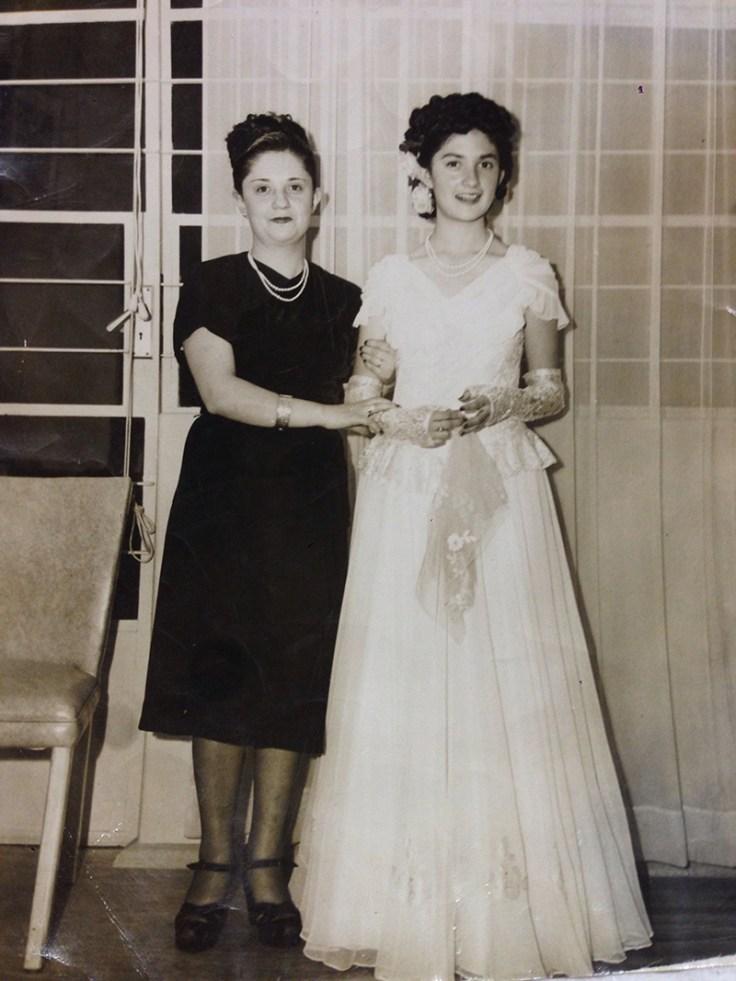 Una quinceañera con su madre