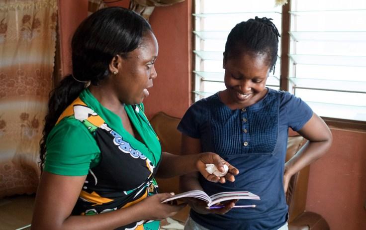 Duas mulheres conversando