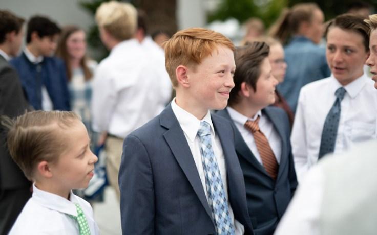 Junge Männer und Junge Damen beim Tempel