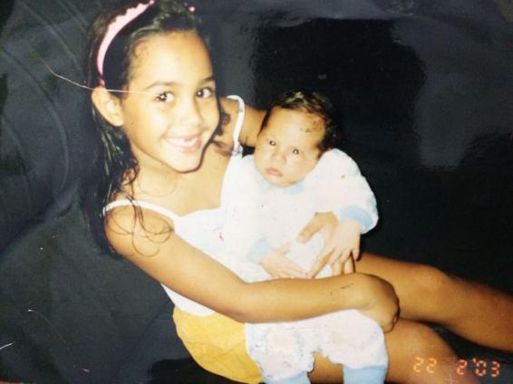 Foto: Isabelle com seu irmão recém-nascido (2003)