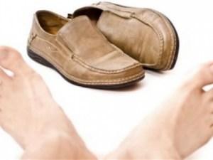 كيف أتخلص من رائحة الحذاء للأبد