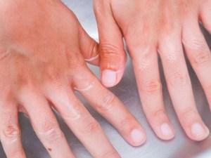 طريقة إزالة السواد للأصابع بسهولة