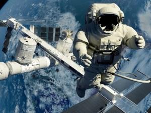 كم يزيد طول رجل الفضاء بسبب انعدام الجاذبية