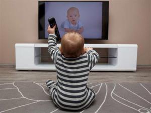 فوائد التلفاز للاطفال واضراره