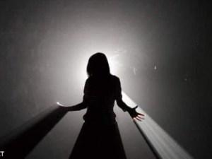 لغز وش رجل مقسم على نور وظلام عند العرب