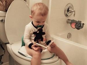 كيف اعلم طفلي ع الحمام