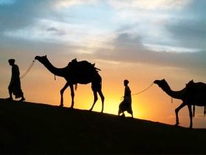 جلس علي بن ابي طالب رضي الله عنه في مكة بعد الهجرة بأمر من النبي صلى الله عليه وسلم وذلك