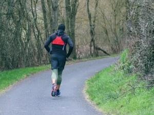 يمشي سليمان بمعدل ٦٥ كيلومتر في الساعة. فكم ساعة يحتاج حتى يصل إلى الحديقة العامة إذا علمت أن المسافة إلى الحديقة ٣ كلم على الأقل؟ اكتب متباينة لإيجاد الزمن