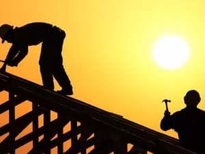 يمكن تشغيل العمال تحت أشعة الشمس من الساعة 12 ظهراً إلى الساعة 3 مساءً خلال أشهر محددة من وزارة العمل.