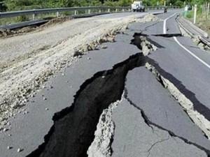 تنتشر الأمواج الزلزالية من بؤرة الزلزال في جميع الاتجهات وعندما تصل إلى سطح الأرض