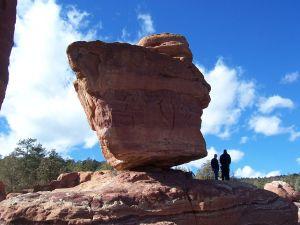 معظم بقايا النباتات والحيوانات الميتة موجودة في الصخر