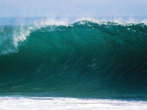 موجات تحدث نتيجة زلزال وقع داخل قاع المحيط