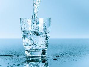 نسبة الملح إلى الماء في سائل معين هي ٤ إلى ١٥، فإذا احتوى السائل ٦٠ جم من الماء فما عدد جرامات الملح التي يحتويها؟