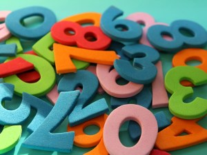 قدر ناتج الضرب ، ثم اذكر إن كان التقدير أكبر أم أقل من القيمة الدقيقة ٦٨ × ٨