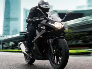 تتباطأ دراجة نارية بمقدار 6m/s2 عندما تتغير سرعتها من 75m/s إلى 15m/s