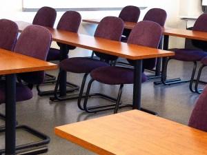 يريد فهد ترتيب طاولات الفصل ، بكم طريقه يمكن ذلك إذا كان عدد الطاولات 6 1 ؟