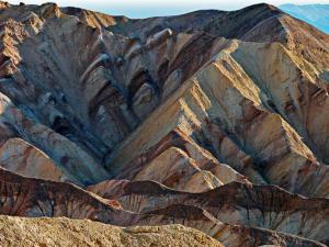الجبال التي تتكون نتيجة طي طبقات الصخور هي