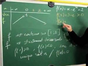 طلب المعلم من أحمد و أصدقائه في الفصل أن يأتي كل منهم بأشياء لها سطوح مثلثة الشكل و يحسبوا مساحتها، فأي من الأشياء التي جمعها أحمد أدناه لها نفس المساحة؟