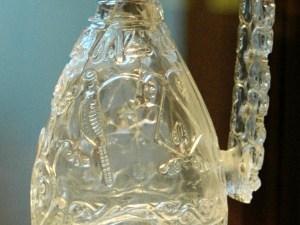 من انواع الزجاج الثمين يستعمل في التحف والزينة