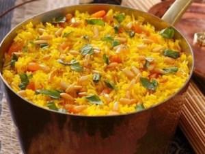 اللحمة بالخضار مع الرز الأصفر