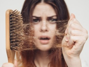 أسباب تساقط الشعر بكثرة وطرق العلاج