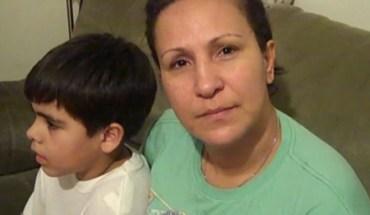 Elba Reyes, here with one of her children, has seen Bushwick deteriorate - Photo: Eva Sanchis/El Diario La Prensa