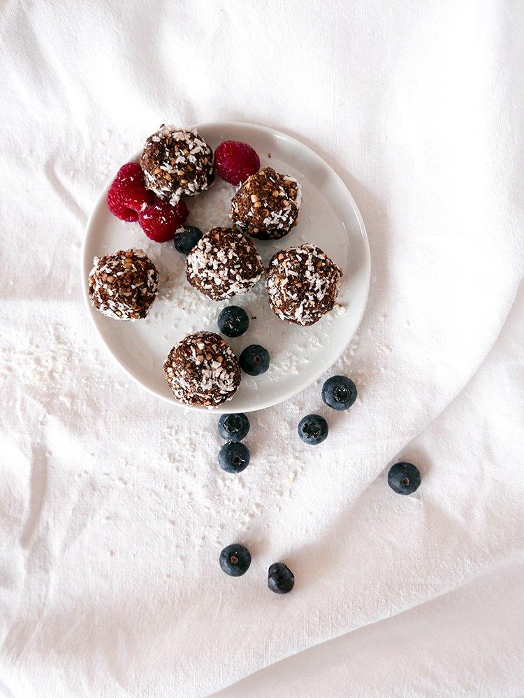 Coco crunch energikulor med blåbär och hallon