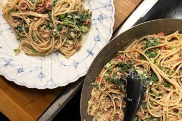 Pasta med soltorkad tomat, rökt paprika och grönkål