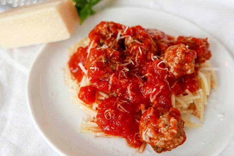 Köttbullar till den minsta med tomatsås och pasta