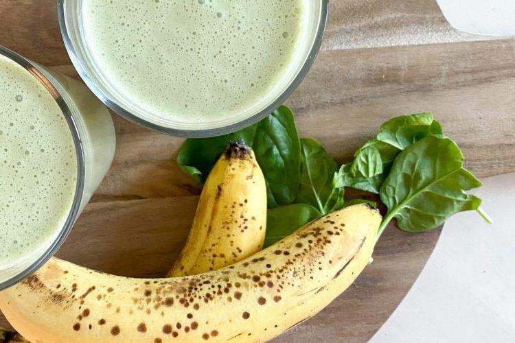 Smoothie med banan, spenat och jordnötssmör