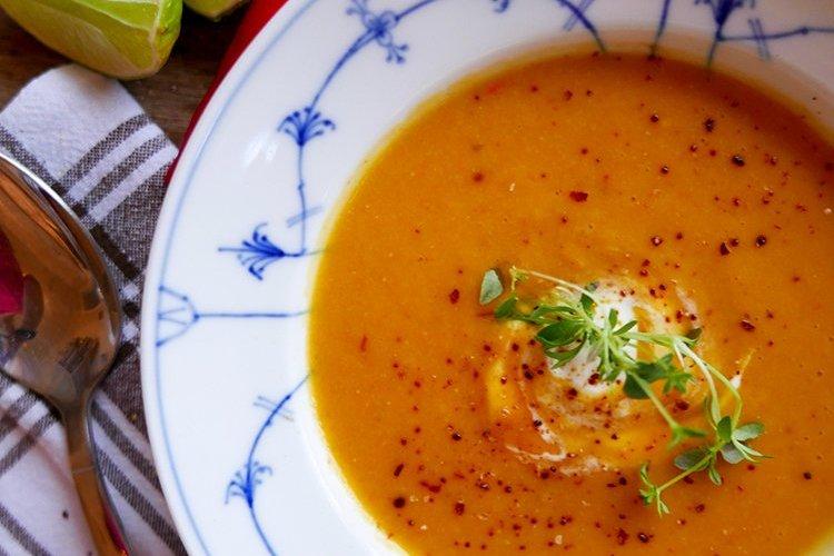 Soppa med röda linser, morot och chili