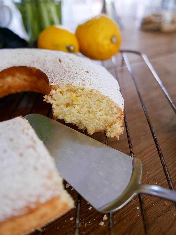 Yoghurtkaka med citron ocg vanilj på galler