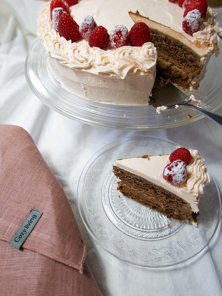 Chokladtårta i bit med rosa frosting