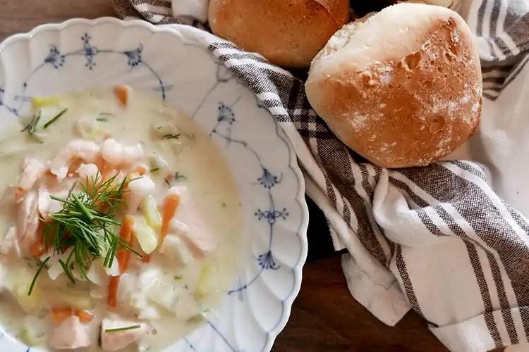 Krämig fisksoppa och nybakade frallor