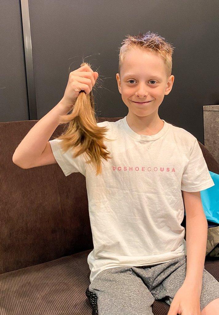 Oliver med hår i handen