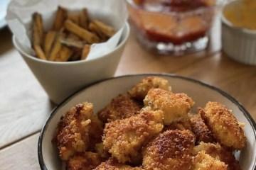 Kyckling nuggets med pommes frites och dip