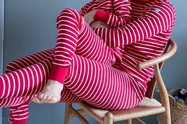 Jag och Emil i pyjamas från Polarn o Pyret på en stol