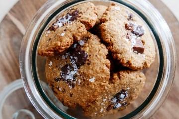 Grova kakor med choklad och salt i kakburk
