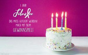 """Das Foto zeigt rechts eine Geburtstagstorte mit brennenden Kerzen auf einem weißen Tisch. Links daneben ist zu lesen: """"1 Jahr FibroFee - das muss gefeiert werden! Mach mit beim Gewinnspiel!"""""""
