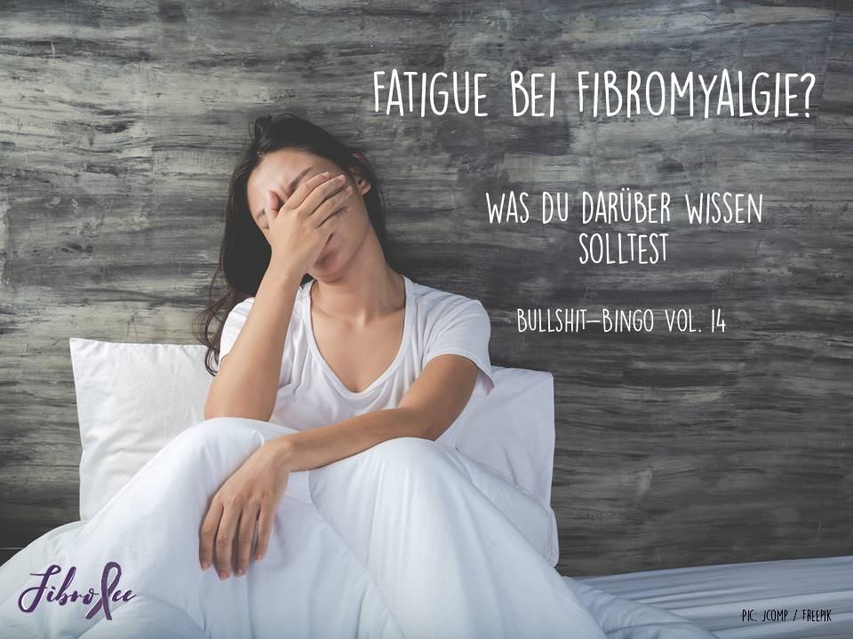 """Foto von Frau, die erschöpft im Bett sitzt und die Hand vor ihre Augen hält. Text daneben: """"Fatigue bei Fibromyalgie? Was du darüber wissen solltest. Bullshit-Bingo Vol. 14"""""""