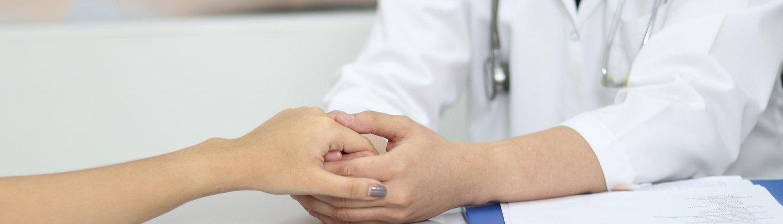 Kuvituskuva, jossa lääkäri pitää potilasta kädestä. Autamme sinua palaamaan takaisin arkeen syöpähoitojen jälkeen.