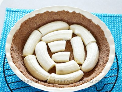 making chocolate banana cream pie