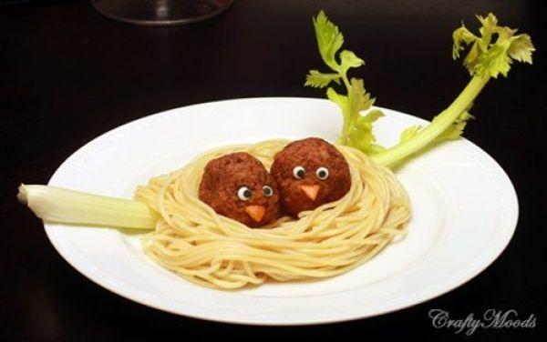spaguetis nido de pajaro, espaguetis con pajaro, comida divertida