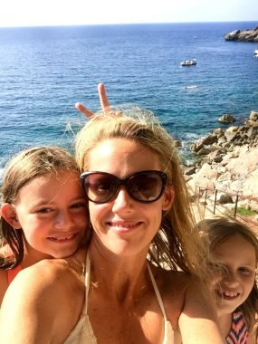 Mallorca-Deia-cove-girls-