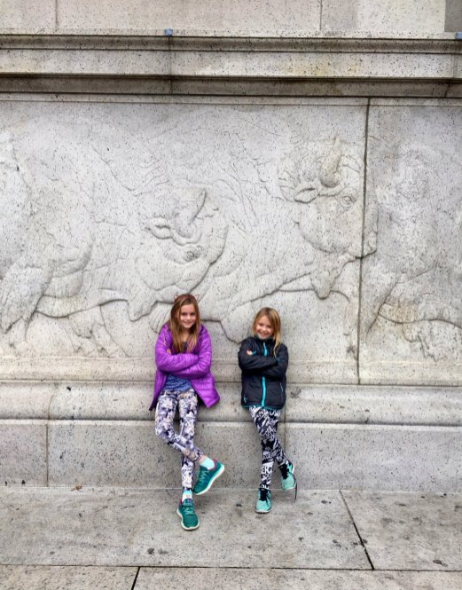 girls-museum-natural-history-outside-new-york-
