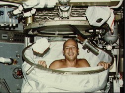 astronauts-eat-in-space-2