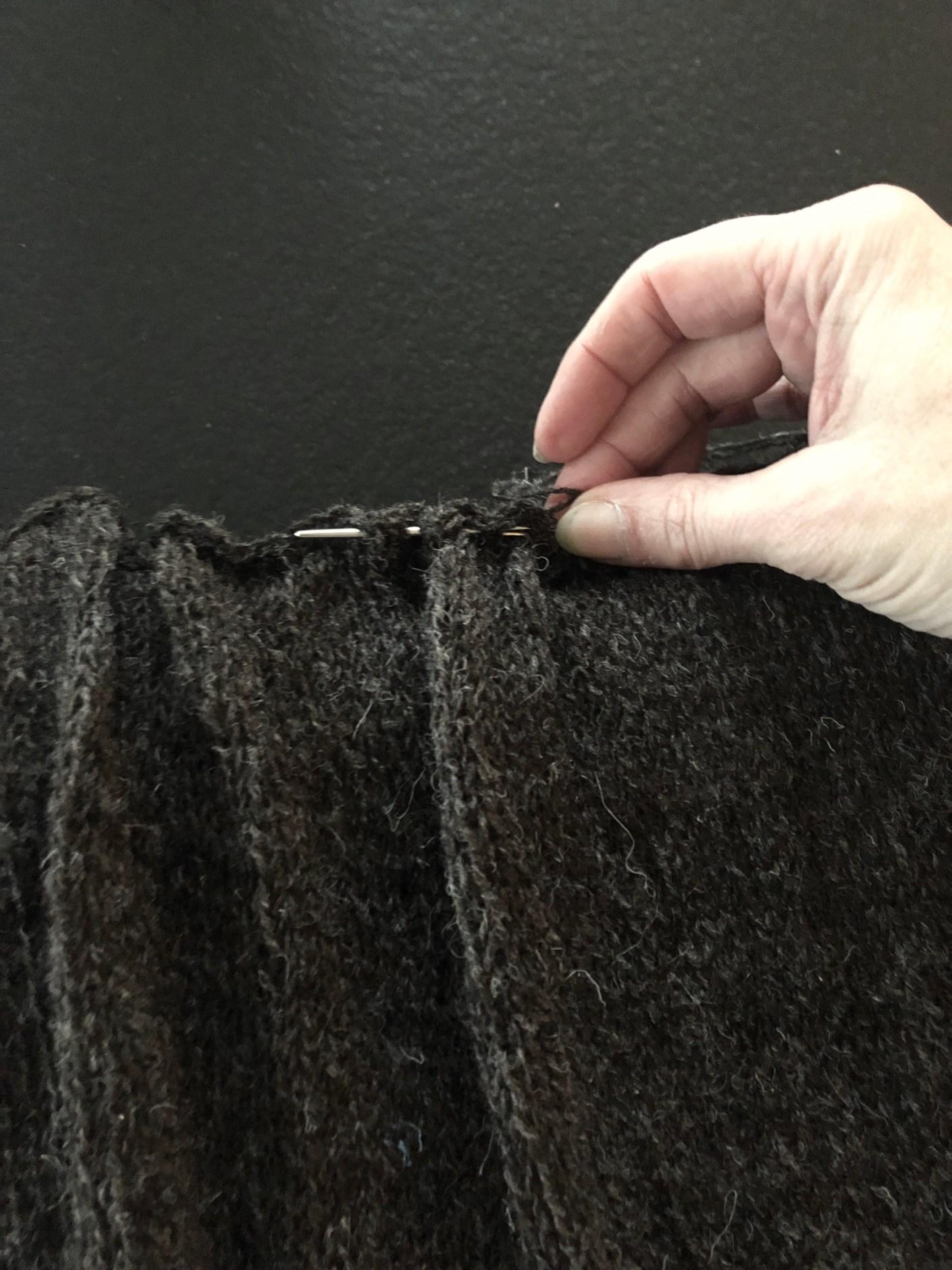 strikket pude med draperinger