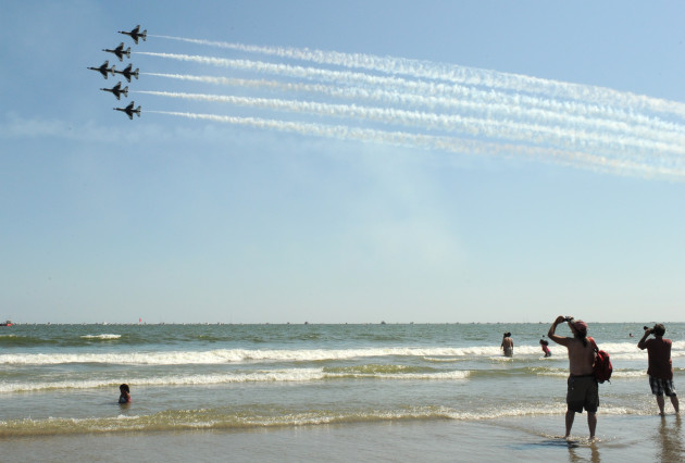 "The U.S. Air Force Air Demonstration Squadron ""Thunderbirds"", perform the six-ship Delta Bottom-Up Pass during the Thunder Over The Boardwalk Air Show, Atlantic City, N.J., Aug. 17, 2011. (U.S. Air Force photo/Staff Sgt. Larry E. Reid Jr., Released)"